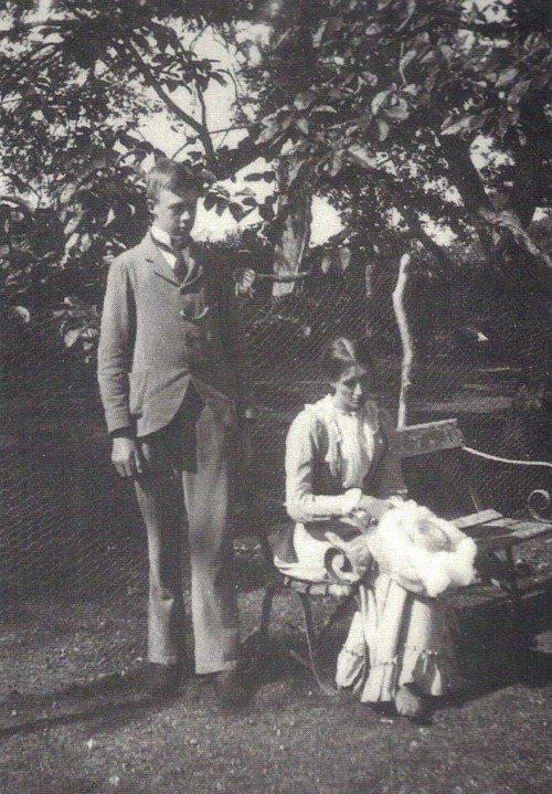 Virginia and Adrian Stephen in 1900